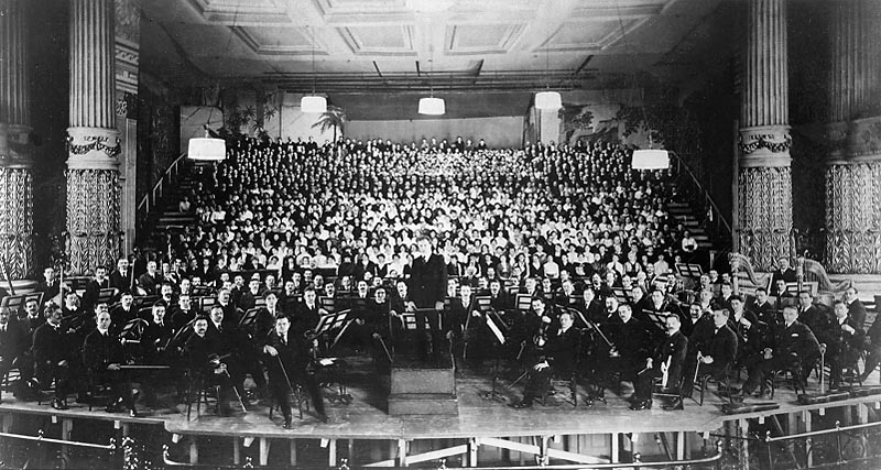Philadelphia_Orchestra_at_American_premiere_of_Mahler's_8th_Symphony_(1916).jpg